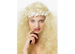 头带小白花的外国女人