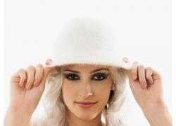 双手扶帽子的美丽女孩