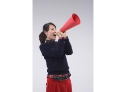 拿着红色喇叭呐喊的女孩图片