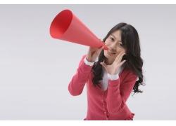 拿着红色喇叭呐喊的开心女生图片