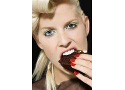 外国美女吃巧克力