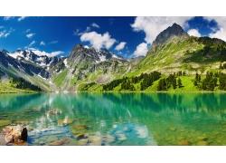 天山湖泊风景图片