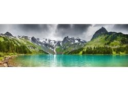天山湖泊宽幅风景图片