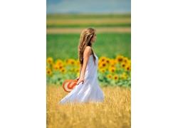 身穿白裙子的美女图片