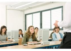 上计算机课的学生们高清图片