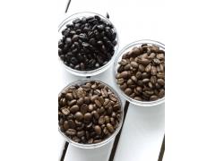 玻璃碗装着的咖啡豆图片