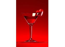 成红酒的高脚杯上的红心高清图片