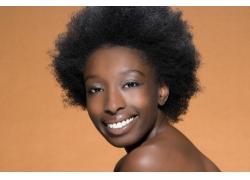 个性发型微笑的女人高清图片