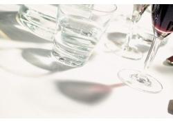 阳光下的玻璃酒杯高清图片