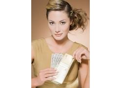拿着钱包的外国美女高清图片