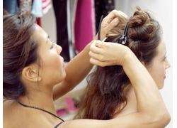 发型师为模特夹头发高清图片