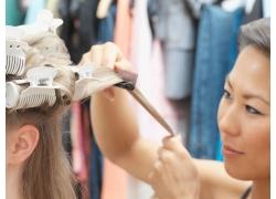 发型师为模特梳头发高清图片