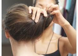 发型师为模特做造型高清图片