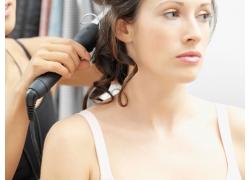 发型师为模特烫发高清图片素材