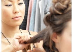 发型师为模特塑造发型高清图片