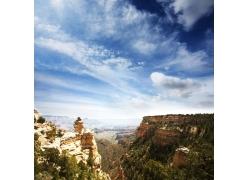 蓝天白云下山林风景图片