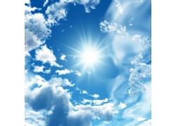 太阳光芒下的蓝天白云高清图片
