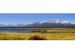 大山脚下的湖泊超宽幅风景图片