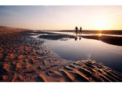 沙滩上的两个人风景图片