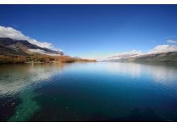 山峰湖泊图片
