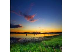 傍晚的河岸边自然风景图片