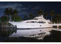夜色下的豪华游艇图片
