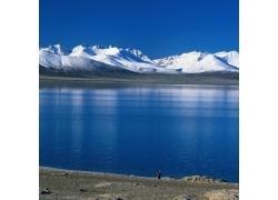 雪山旁的河水风景图片