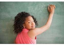 在黑板上写字回头看女孩图片