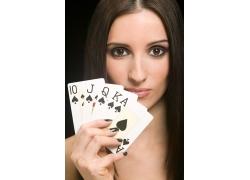 玩扑克牌的美丽女人图片