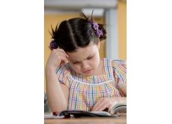 教室里愁眉苦脸想问题的小女孩图片素材