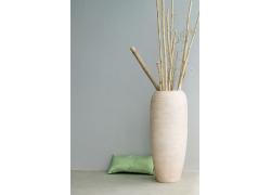 装有竹竿的花盆旁的枕头高清图片
