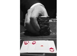 手握筹码 扑克牌特写图片
