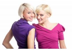 两个开心外国女人发型设计图片素材