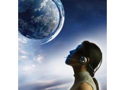 仰望地球的女性高清图片