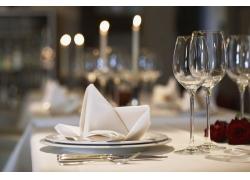 晚餐前的餐桌高清图片