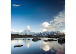 蓝天白云下的山峰和湖泊高汪图片