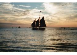 海上行驶的帆船高清图片