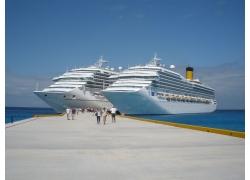 海边停靠的两艘轮船高清图片