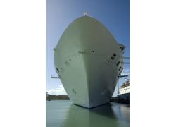 海水里停靠的轮船船底高清图片