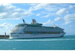 蓝天下行驶的一艘轮船高清图片