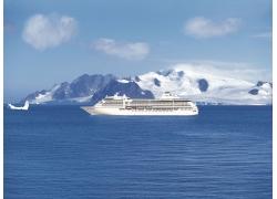 海上行驶的轮船冰山高清图片