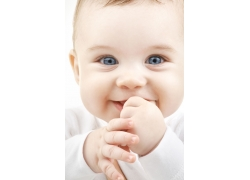 咬手指的可爱baby图片素材