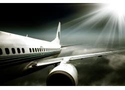 夜晚空中飞行的飞机高清图片