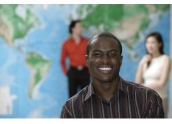 世界地图前的黑人商务男性高清图片