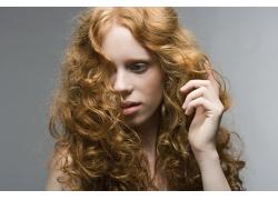 黄发飘逸美女发型设计高清图片