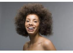 大笑的爆炸式发型黑人女性高清图片