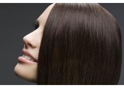 仰望微笑的外国美女发型高清图片