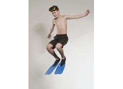 游泳跳水的外国小男孩高清图片