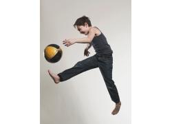 踢足球的外国小男孩高清图片