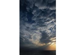 蓝天白云阳光照射下的海面图片